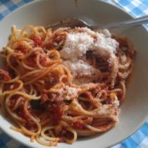 spaghetti al sugo di melanzane e salciccia